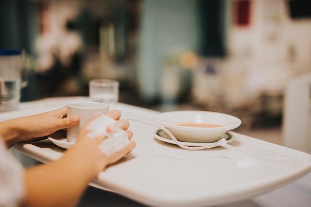 Patient repas lit hopital